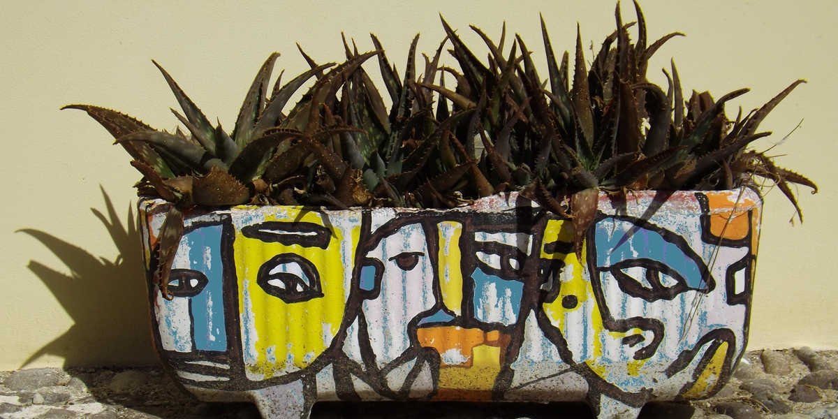 Hoofden op plantenpot